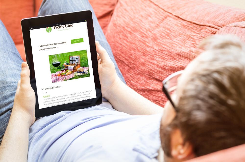Uomo che guarda il sito su di un tablet